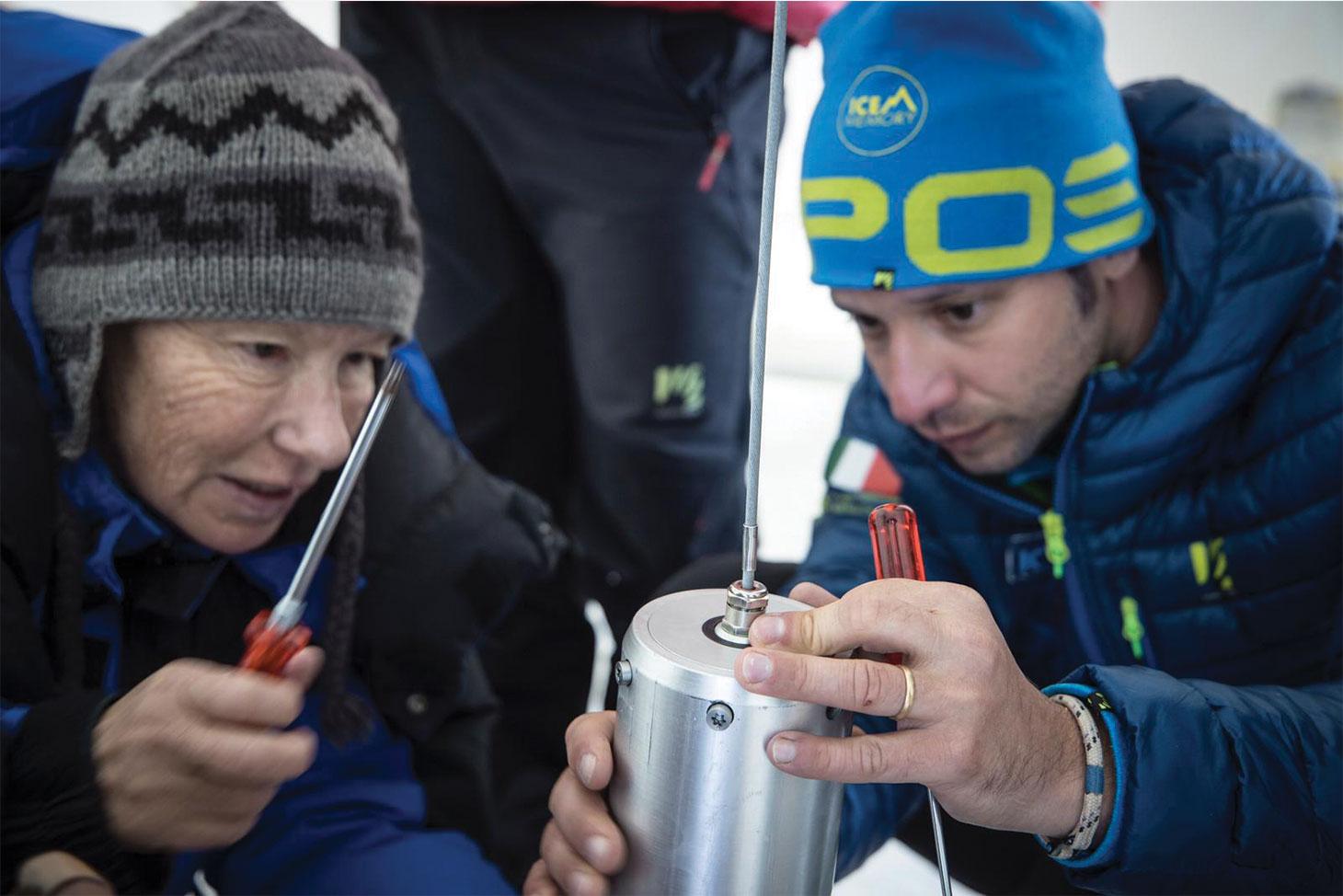 Le prélèvement des carottes de glace sur Le camp établi sur le glacier de Corbassière, sur le massif du Grand Combin