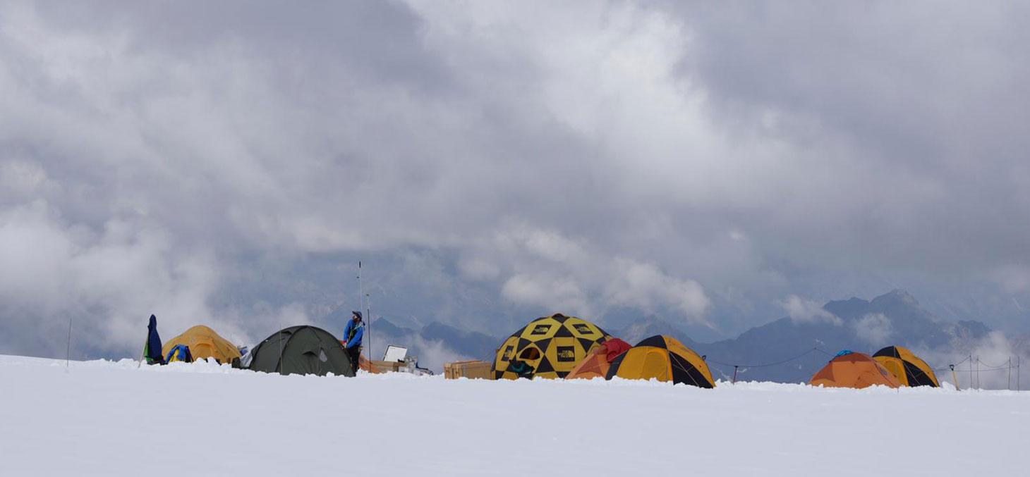 Le camp établi sur le glacier de Corbassière, sur le massif du Grand Combin